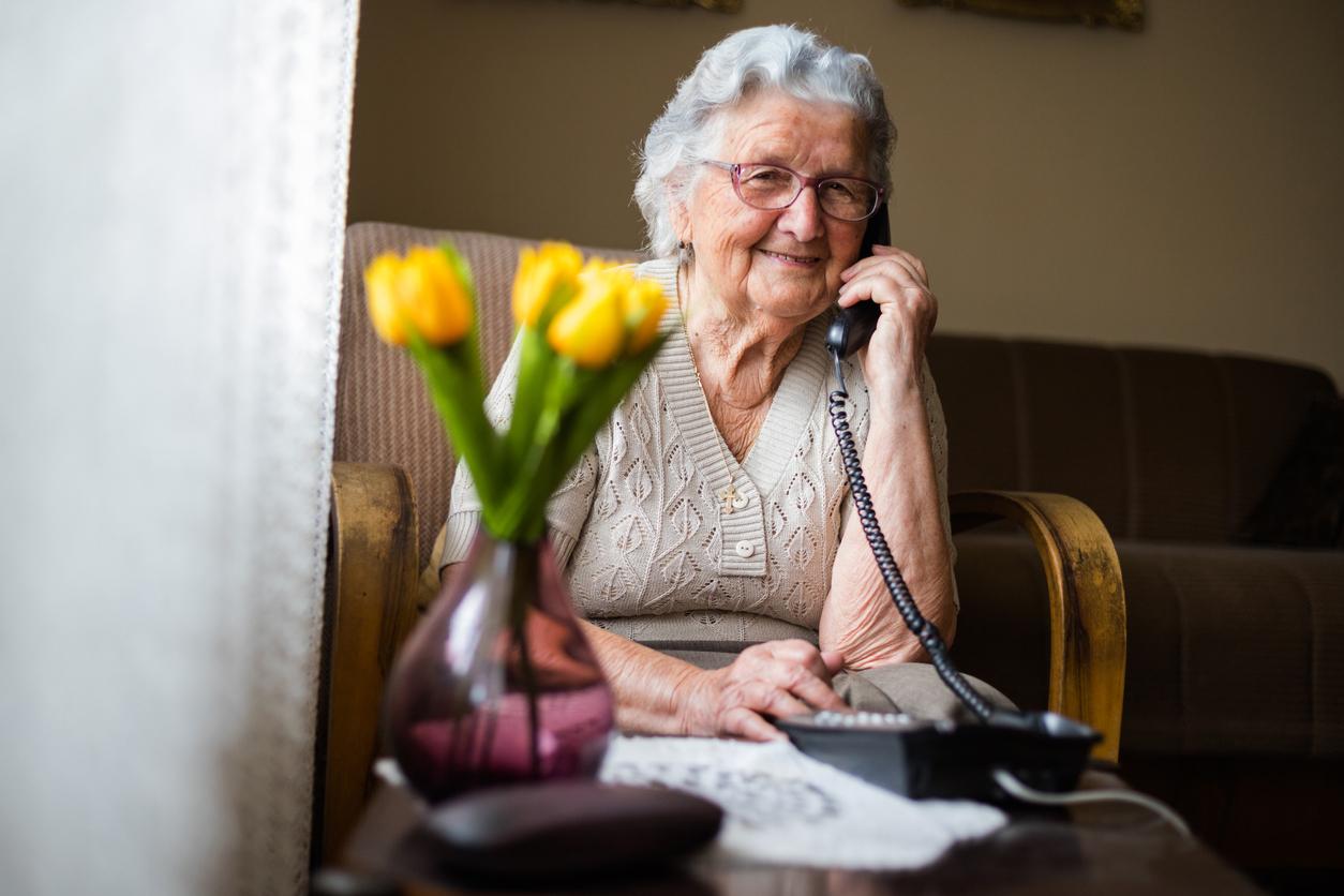 Großmutter am Telefon
